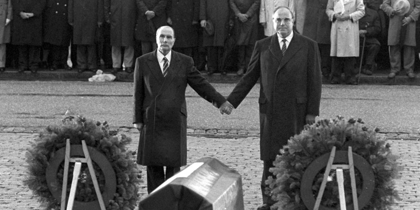 Kohl & Mitterrand at Verdun 1984 (©Wolfgang Eilmes/DPA/MAXPPP)